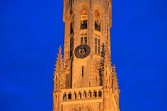 Wijzerplaat van de Klokketoren van Brugge bij nacht belgië Royalty-vrije Stock Afbeeldingen