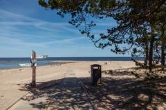 Wijzers op de pijler op het strand Kaap Kolka letland royalty-vrije stock foto