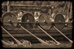 Wikingerschiff auf dem Fluss Lizenzfreie Stockbilder