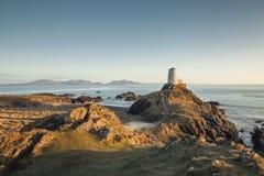 Wiktoriańska latarnia morska Llanddwyn wyspa w Ciepłym zmierzchu świetle obraz royalty free