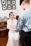 Wiktoriańska para: żeglarz pyta dla ręki dziewczyna Zdjęcia Stock