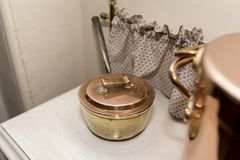 Wiktoriański miedziany rondel w Wiktoriańskim kuchennym położeniu na wh Fotografia Stock