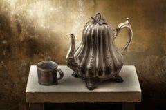 Wiktoriańskiego pewter kawowy garnek i filiżanka Fotografia Royalty Free