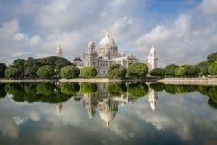 Wiktoria budynku Pamiątkowy architektoniczny pomnikowy muzeum w Kolkata & x28; Calcutta& x29; z uroczymi wodnymi odbiciami Obraz Royalty Free