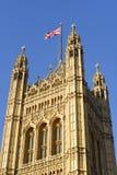 Wiktoria Góruje, obciosuje wierza przy zachód końcówką pałac Westminister w Londyn, obraz stock