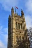 Wiktoria wierza z flagą Wielki Brytania Miasto Westminister, domy parlament budynku królestwa London stary wierza zlany Victoria obrazy royalty free