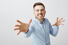 Wil magisch zien Portret van enthousiaste gevoels knappe kerel met varkenshaar die tanden dichtklemmen en handen trekken naar stock afbeeldingen