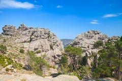 Wild berglandschap, rotsen onder blauwe hemel Stock Afbeeldingen