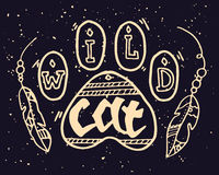 Wild Dierlijk Paw Step Illustration met Wilde Cat Motivational Quote De hand getrokken illustratie van de boho uitstekende krabbe Royalty-vrije Stock Foto's