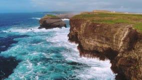 Wild en blauw oceaanwater bij de Ierse westkust - ontzagwekkend landschap stock videobeelden