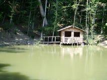 Wild huis op het meer in de bergen Royalty-vrije Stock Afbeelding