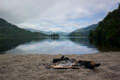 Wild Kamp met een brand Royalty-vrije Stock Afbeeldingen