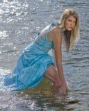 wild kvinna för härlig för gudinnaholding för bunke dynamisk flod för bild naturlig royaltyfria foton