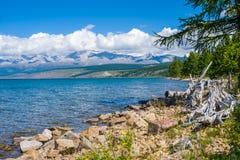 wild mongolia natur En härlig sikt av sjön Hovsgol och den östliga Sayanen Ridge Arkivbild