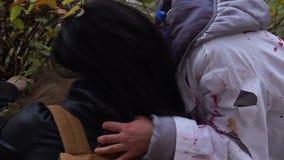 Wild monster het drinken bloed van het lijk van het slachtoffer, vampieraanval, griezelfilm stock videobeelden