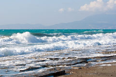 Wild steenachtig strand in Rhodos (Griekenland) Stock Fotografie