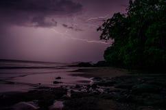 Wild strand en verlichting over de Vreedzame Oceaan Royalty-vrije Stock Afbeeldingen