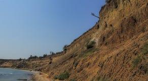 Wild strand op de Zwarte Zee Rotsen van schaaldieren en het overzees stock fotografie