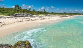 Wild Tropisch Sandy Beach met Turkooise Wateren Caraïbische overzees Royalty-vrije Stock Fotografie