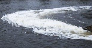 Wild Water achter Boot in Rivier royalty-vrije stock fotografie