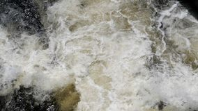 Wild water in de rivier stock footage