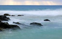 Wild waves, stormigt väder och rocks, australier c Royaltyfri Fotografi
