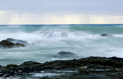 Wild waves, stormigt väder och rocks, australier c Arkivbilder
