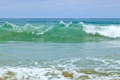 Wild waves, stormigt väder och rocks, australier c Royaltyfria Foton
