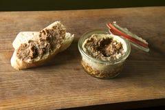 Wildbretpastete mit Brot auf hölzernem Brett Lizenzfreie Stockbilder