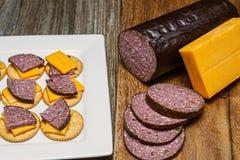 Wildbretwurst, Jalapeno, Käse, Cracker Stockbilder