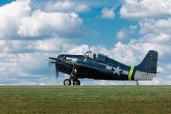 Wildcat FM-2 contra o céu na pista de decolagem fotos de stock royalty free