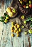 Wilde Äpfel und Birnen im Korb Lizenzfreies Stockbild