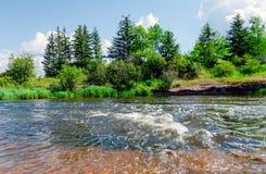Wilde aard van Canada, rivier, bos, blauwe hemel royalty-vrije stock foto