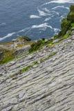 Wilde Atlantische Manier Ierland: Overweldigende mening -- de klimmers keren naar overzees terug - niveau van oude onbeschermde s stock foto's