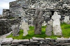 Wilde atlantische Weise: Mönche ` bleibt durch weatherworn Kreuze über Atlantik, Skellig Michael Monastery markiert lizenzfreie stockfotos