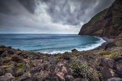Wilde baai op het eiland van Madera, de donkere wolken en het turkooise overzees Stock Afbeelding