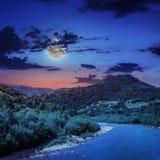 Wilde bergrivier op een duidelijke de zomernacht Stock Fotografie