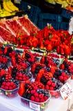 Wilde bessen bij de markt Royalty-vrije Stock Afbeeldingen
