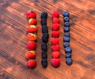 Wilde bessenmengeling - aardbeien, frambozen, braambessen, bosbessen en bessen Stock Foto