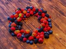 Wilde bessenmengeling - aardbeien, frambozen, braambessen, bosbessen en bessen Stock Afbeelding