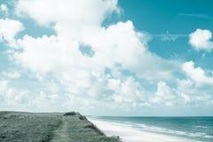 Wilde bewölkte Küstenlinie in Dänemark Lizenzfreie Stockbilder