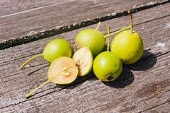 Wilde Birnenfrucht auf dem hölzernen Hintergrund der Weinlese Lizenzfreie Stockfotografie