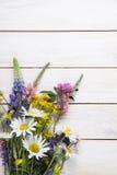 Wilde bloemen op oude grunge houten achtergrondkamillelupine D Royalty-vrije Stock Afbeelding
