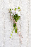 Wilde Blumen auf einer beige gestrickten Beschaffenheit Lizenzfreies Stockfoto