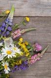 Wilde Blumen auf Hintergrund-Kamille Lupine d des alten Schmutzes hölzernem Lizenzfreies Stockbild