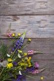 Wilde Blumen auf Hintergrund-Kamille Lupine d des alten Schmutzes hölzernem Lizenzfreies Stockfoto