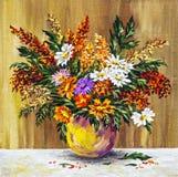 Wilde Blumen in einem Tongefäß Lizenzfreie Stockbilder