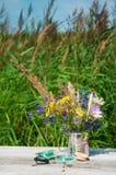 wilde Blumen in einer Metallschale mit Flößen Stockbilder