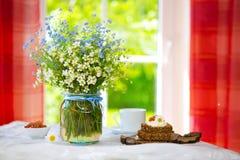 Wilde Blumen und Frühstück Stockfotos