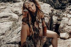 Wilde de vrouwenzitting van Amazonië op de rotsen stock afbeelding